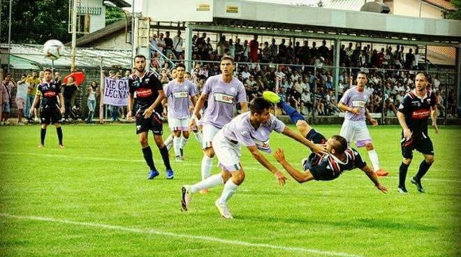 Davide Castagna sigla il gol del momentaneo vantaggio della Varesina contro il Legnano (Serie D 2016/17)