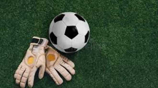 Pallone e guanti da portiere
