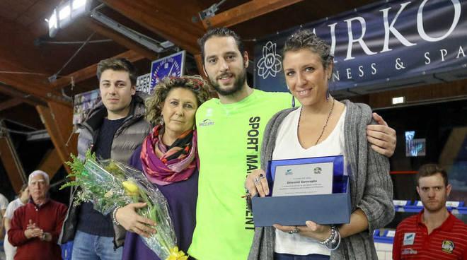 Capitan Stefano Luongo consegna la targa commemorativa alla famiglia di Giovanni Garavaglia