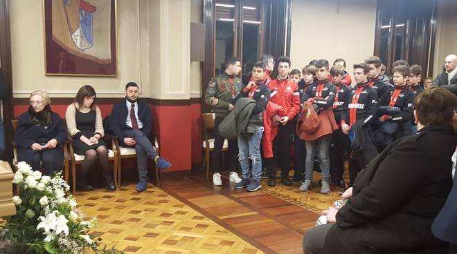 Corridori dell'U.S Legnanese in visita alla camera ardente presidente Mezzanzanica
