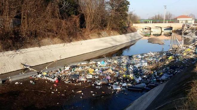 Una montagna di rifiuti nel Canale Villoresi a Garbagnate Milanese