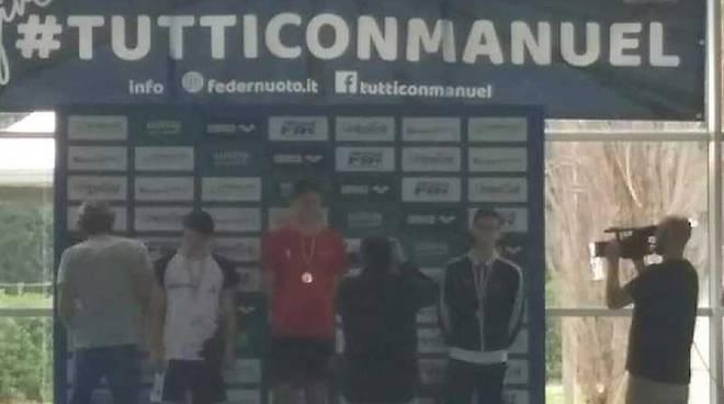 Matteo Salvatori della Rari Nantes Legnano oro ai campionati italiani giovanili di nuoto