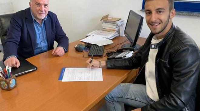 Filippo Ghioldi firma il contratto con la Pro Patria