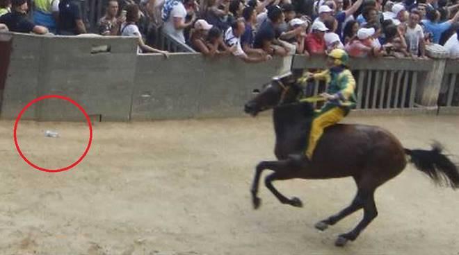 Bottiglietta tirata ai cavalli del Palio di Siena 16 agosto 2019