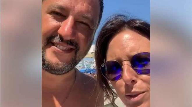 Matteo Salvini saluta i tifosi della Pro Patria